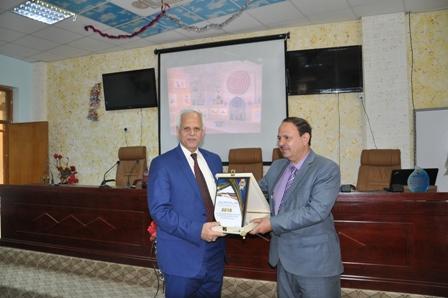 تكريم السيد عميد كلية العلوم السياحية من قبل هيئة السياحة